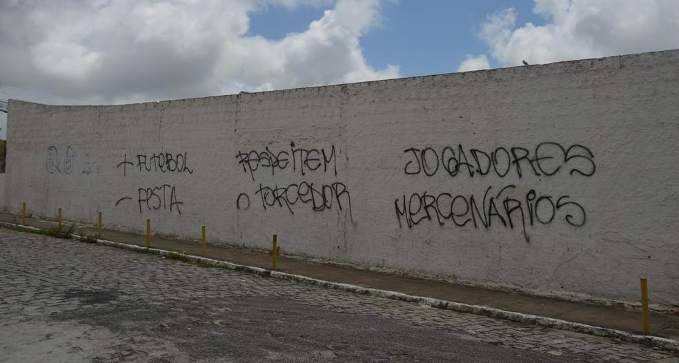 dsc 0380 DRygTwP - Torcida do Treze se revolta com o time e picha muro do PV