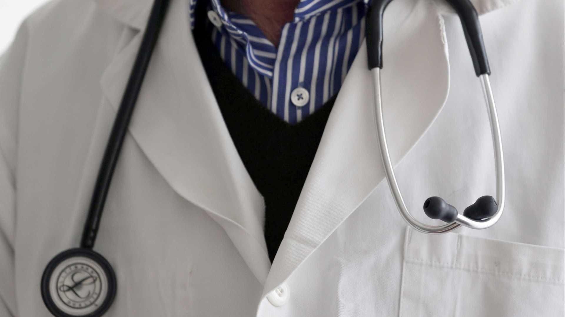 naom 59983b3ab365e003 - Médico é afastado por suspeita de mandar nudes do banheiro de hospital