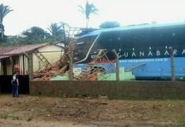 Ônibus perde controle e invade casa; motorista do veículo ficou ferido