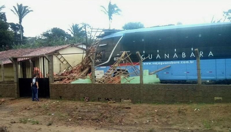 onibus - Ônibus perde controle e invade casa; motorista do veículo ficou ferido