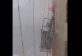 VEJA VÍDEOS: Homens trabalhavam no alto de um prédio quando são surpreendidos por tempestade