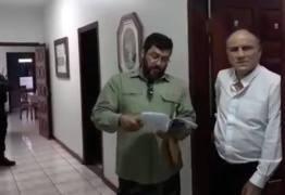 Vídeo mostra bispo e juiz eclesiástico recebendo ordem de prisão