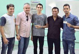 Secretaria entrega cartões do Passe Estudantil 2018 para universitários de Alhandra
