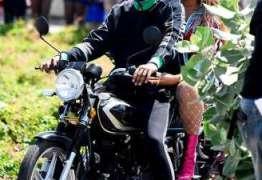VEJA FOTOS: Beyoncé esbanja estilo ao passear de moto com Jay-Z na Jamaica
