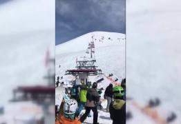 CENAS CHOCANTES -Teleférico fora de controle arremessa esquiadores em pista  de esqui -VEJA VÍDEOS