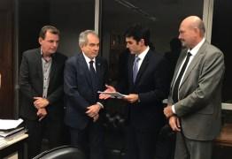 Políticos paraibanos entregam a ministro pedido de asfaltamento de Estrada de Boqueirão