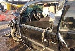Motorista perde controle do carro e colide frontalmente com mureta