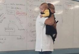 VEJA VÍDEO: Professor nina bebê durante aula e atitude surpreende a web
