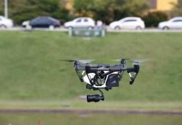 """VEJA VÍDEO: Drone """"espia"""" família em piscina e causa revolta"""