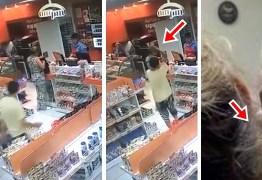 IMAGENS FORTES: Homem entra em loja e crava faca em cliente – Veja vídeo