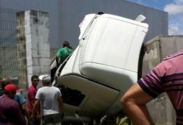 VEJA VÍDEO: Caminhões colidem de frente em rodovia da Grande João Pessoa