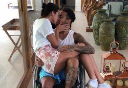 Com Bruna Marquezine no colo, Neymar posa em cadeira de rodas