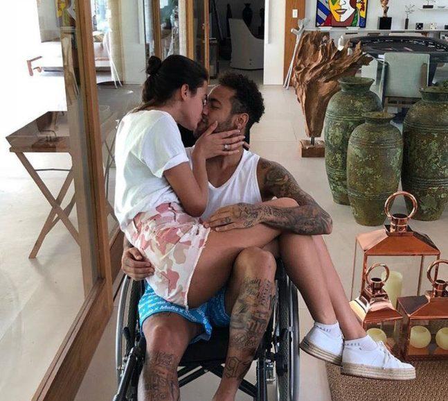 indice e1520007909238 - Com Bruna Marquezine no colo, Neymar posa em cadeira de rodas