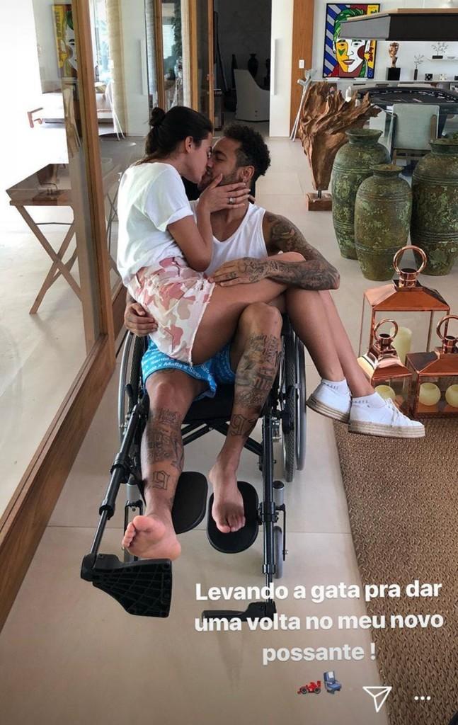 indice - Com Bruna Marquezine no colo, Neymar posa em cadeira de rodas