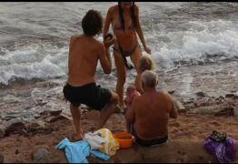 Mulher dar a luz no mar e imagens viralizam