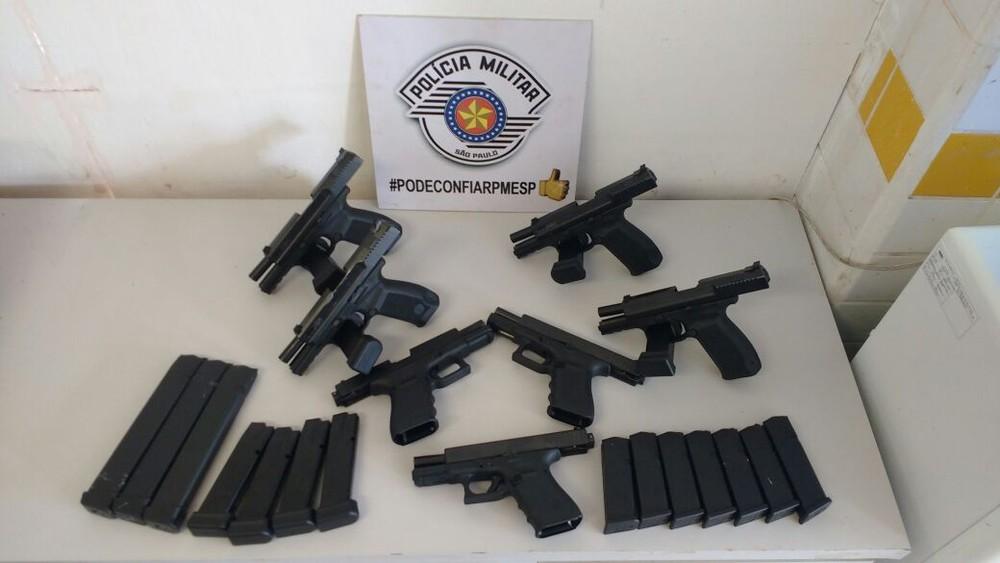 pistolas avare 2 - Cuidadora de idosos é flagrada com pistolas e munições em ônibus