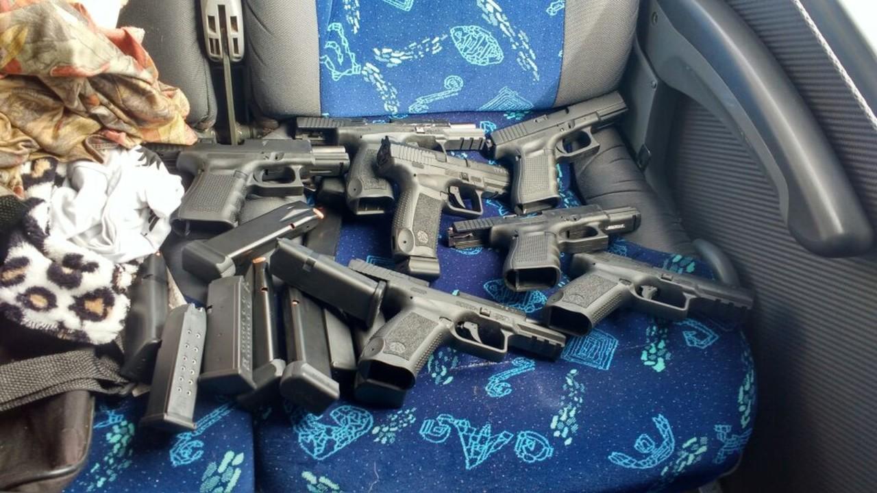 pistolas avare - Cuidadora de idosos é flagrada com pistolas e munições em ônibus