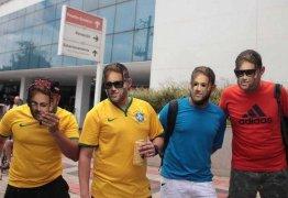 Cerveja, pelada, máscaras… de tudo um pouco por Neymar na frente de hospital