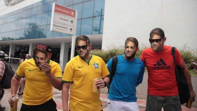 xextra neymar.jpg.pagespeed.ic .lUyY5LKjPs - Cerveja, pelada, máscaras... de tudo um pouco por Neymar na frente de hospital