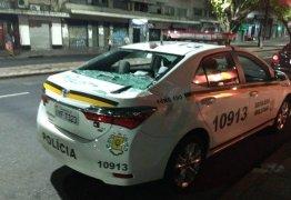 Mulher joga TV no namorado, mas aparelho cai da janela e atinge carro da polícia