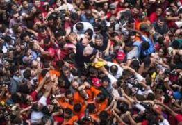 NOS BRAÇOS DO POVO: Após discurso Lula é carregado por militantes e passa mal  – VEJA VÍDEO