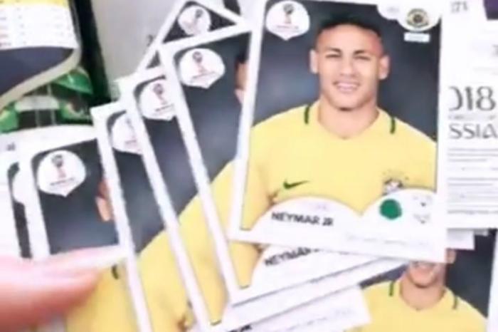 24302491 - Marquezine ganha álbum da Copa e pacotes de figurinhas tem só as de Neymar