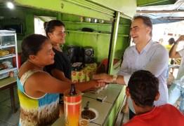Lucélio visita feira de Sapé e dialoga com a população