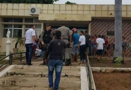 PELAS COSTAS: atirador dispara contra homem na calçada do Fórum de Cajazeiras