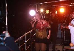 De volta aos palcos, Ivete comanda folia em Salvador –  VEJA VÍDEO