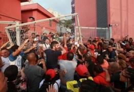 CLIMA TENSO: Contra prisão, manifestantes impedem saída de Lula – VEJA AO VIVO