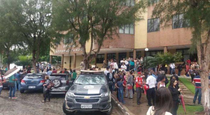 t.php  1 696x383 - PÂNICO: suspeita de bomba faz polícia esvaziar Fórum na Paraíba