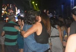 Fátima Bernardes e Túlio Gadelha beijam muito e dançam forró em show