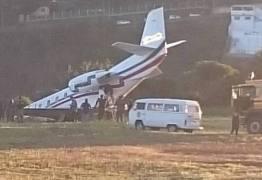 Avião com DJ Alok perde controle em decolagem e sai da pista; VEJA VÍDEOS