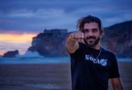 Brasileiro bate recorde mundial e surfa a maior onda da história