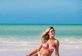 Ana Paula Siebert exibe boa forma de biquíni nas Ilhas Turcas e Caicos