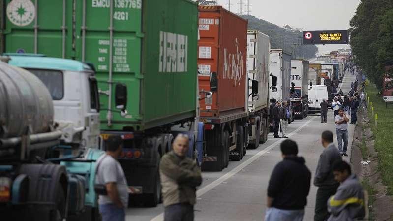 AAxO0Ox - GREVE NO PAÍS: Caminhoneiros afirmam que não têm medo das forças de segurança