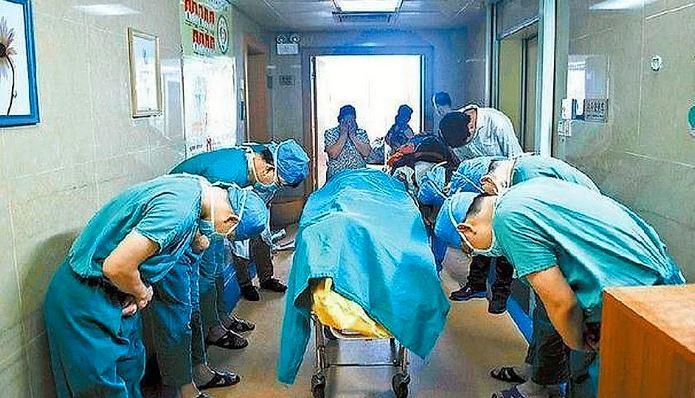 Capturar 4 - Médicos curvam-se para a criança que doou seus órgãos e a imagem comove o mundo inteiro