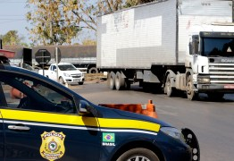 Motociclista morre ao bater em caminhão parado em bloqueio