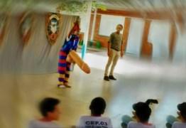 VEJA VÍDEO: Peça teatral com pênis 'gigante' causa polêmica em escola
