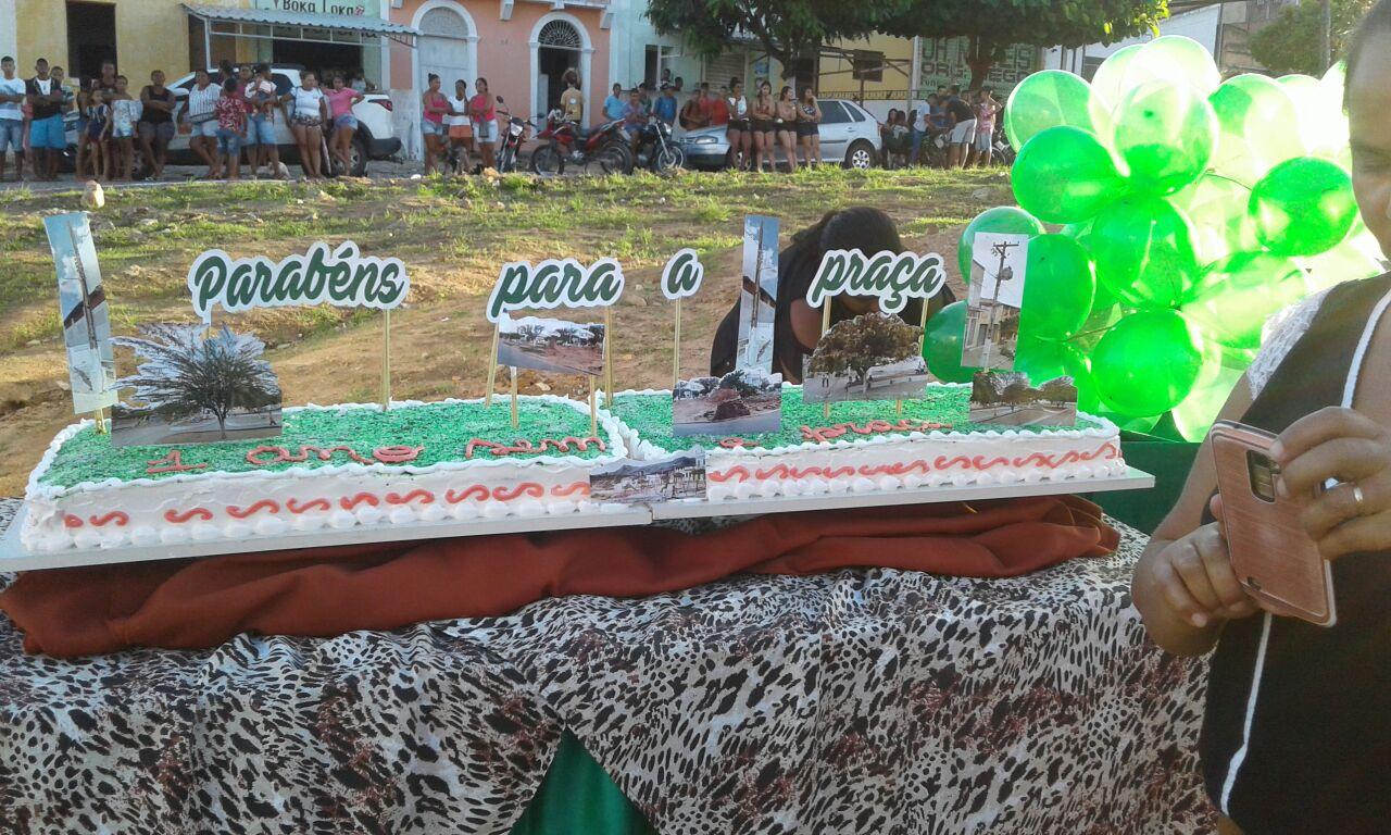 WhatsApp Image 2018 05 17 at 11.24.00 AM - COMPLETOU 1 ANO: População de Gurinhém faz 'comemoração' com bolo para lembrar derrubada de praça