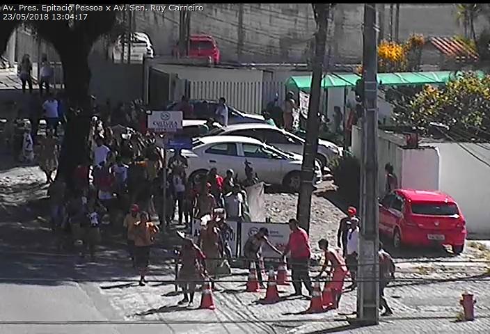 WhatsApp Image 2018 05 23 at 1.06.37 PM - BLOQUEIO: Protestos paralisam Trevo de Mangabeira e Epitácio Pessoa - VEJA VÍDEO
