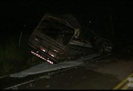EM SOBRADO: Acidente entre carro e caminhão tem vítimas carbonizadas