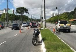 Mulher morre após perder o controle da moto e bater em poste, em João Pessoa