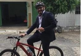 Advogado vai de bicicleta para o trabalho em Patos e diz que essa é a forma mais inteligente de protestar