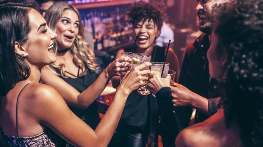 amigas bebendo na balada 1525995159186 v2 900x506 - Boa notícia para quem curte um drinque: pílula contra ressaca está próxima