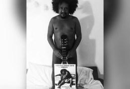 Cantor Chico César tira a roupa para divulgar seu novo show: 'Nasci nu'