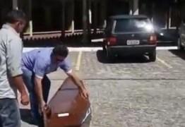 ACIDENTE MÓRBIDO: caixão cai de carro em alta velocidade dentro da UFPB – VEJA VÍDEO