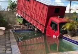 Caminhão derruba muro de residência no Bessa, em João Pessoa
