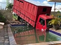 download 1 3 - Caminhão derruba muro de residência no Bessa, em João Pessoa