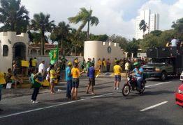 Em protesto em frente ao Exército em João Pessoa, manifestantes pedem intervenção militar